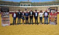 El alcalde y las concejalas Beatriz Labián y Silvia Cebrián, junto a Colombo, el ganadero Gómez de Morales, Manuel Amador, Óscar Aranda y el presidente de la plaza, Manuel Díaz-Merino