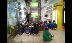 Interior del Energytruck con actividades para escolares