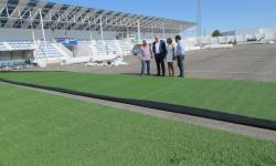 El alcalde visita las obras de sustitución del césped artificial