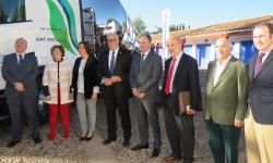Nieva y Franco junto a responsables de Scania y a un camión de combustible de GNL
