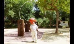Julián Gómez-Cambronero junto a una de las piezas del Paseo del Sistema Solar del Parque del Polígono