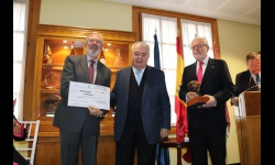 El presidente del TC entrega el cheque de Tertulia XV al representante de Manos Unidas