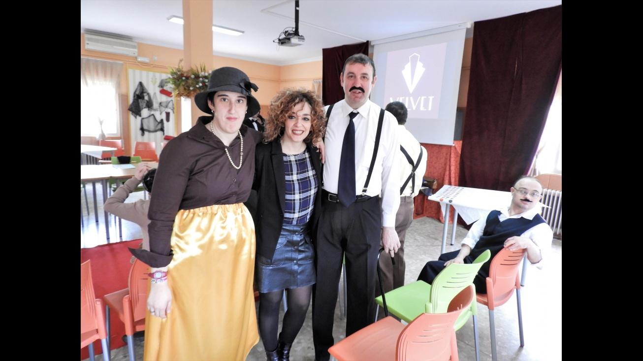 Beatriz Labián (centro), junto a usuarios del Centro Ocupacional de Manzanares