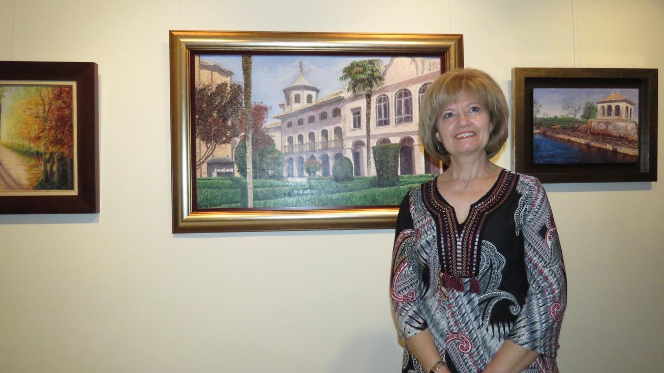 Victoria Díaz-Merino junto a su obra