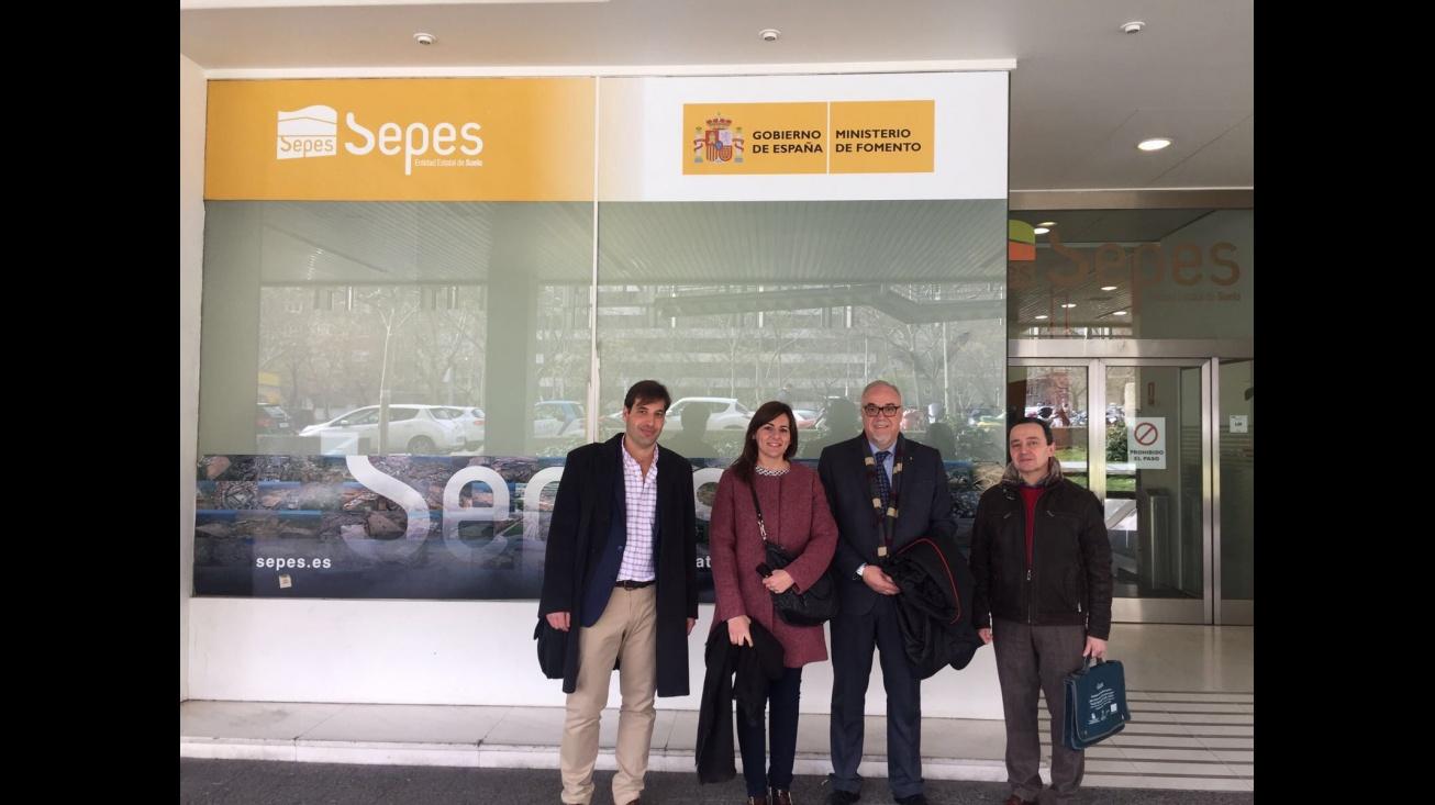 El alcalde, Julián Nieva, junto a la concejala, jefe del servicio técnico y de promoción económica en la sede de SEPES