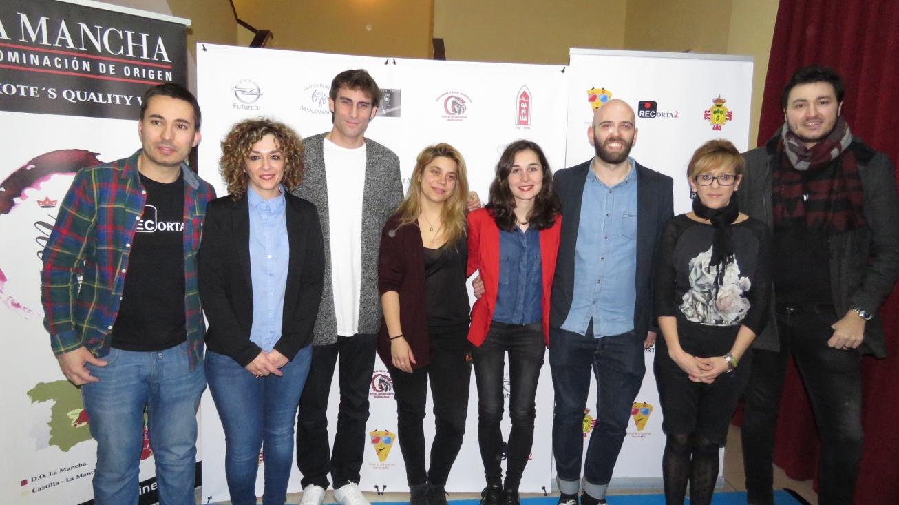 """Labián y Cebrián junto al equipo de """"Postales"""" y organizadores del festival"""