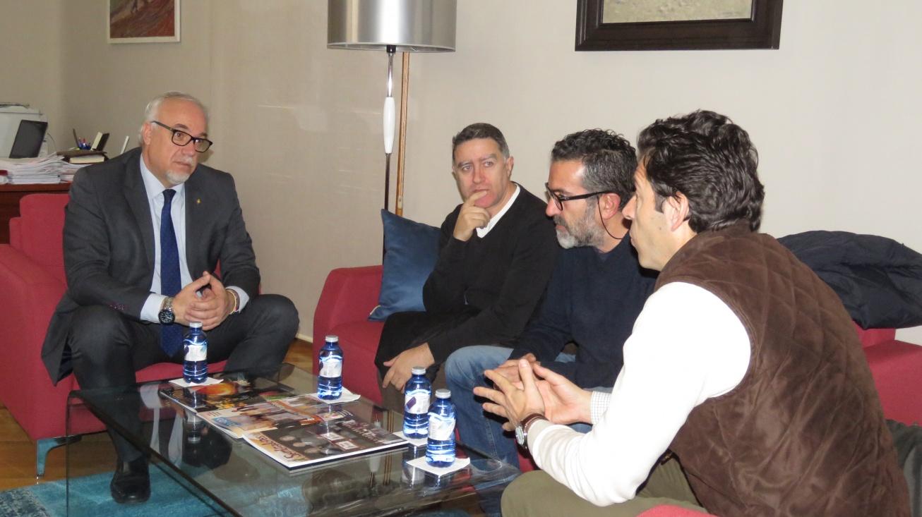 El alcalde de Manzanares, Julián Nieva, en la reunión con el nuevo equipo directivo del IES Sotomayor