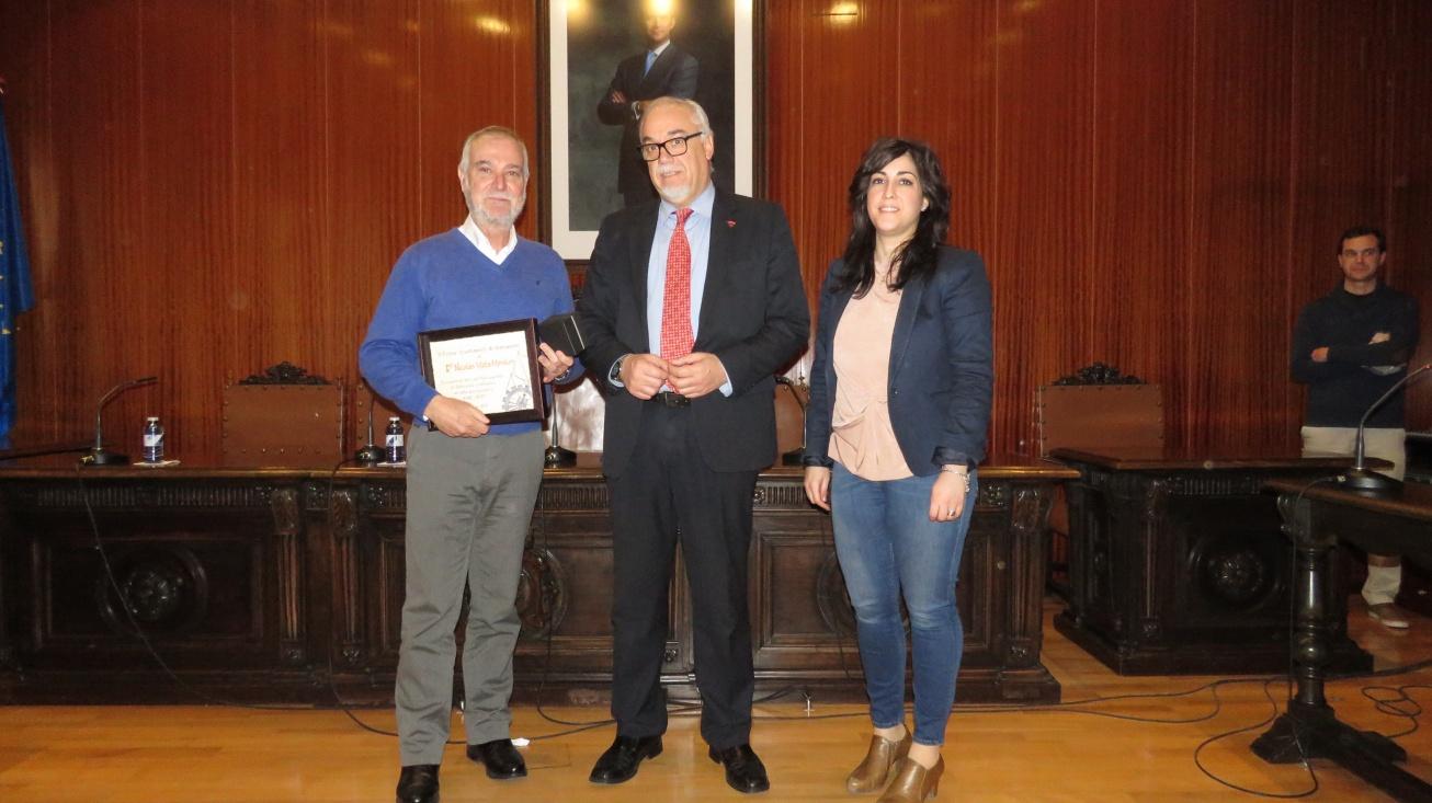 El alcalde Julián Nieva (centro), junto a Nicolás Mata y la concejal de personal, Gemma de la Fuente
