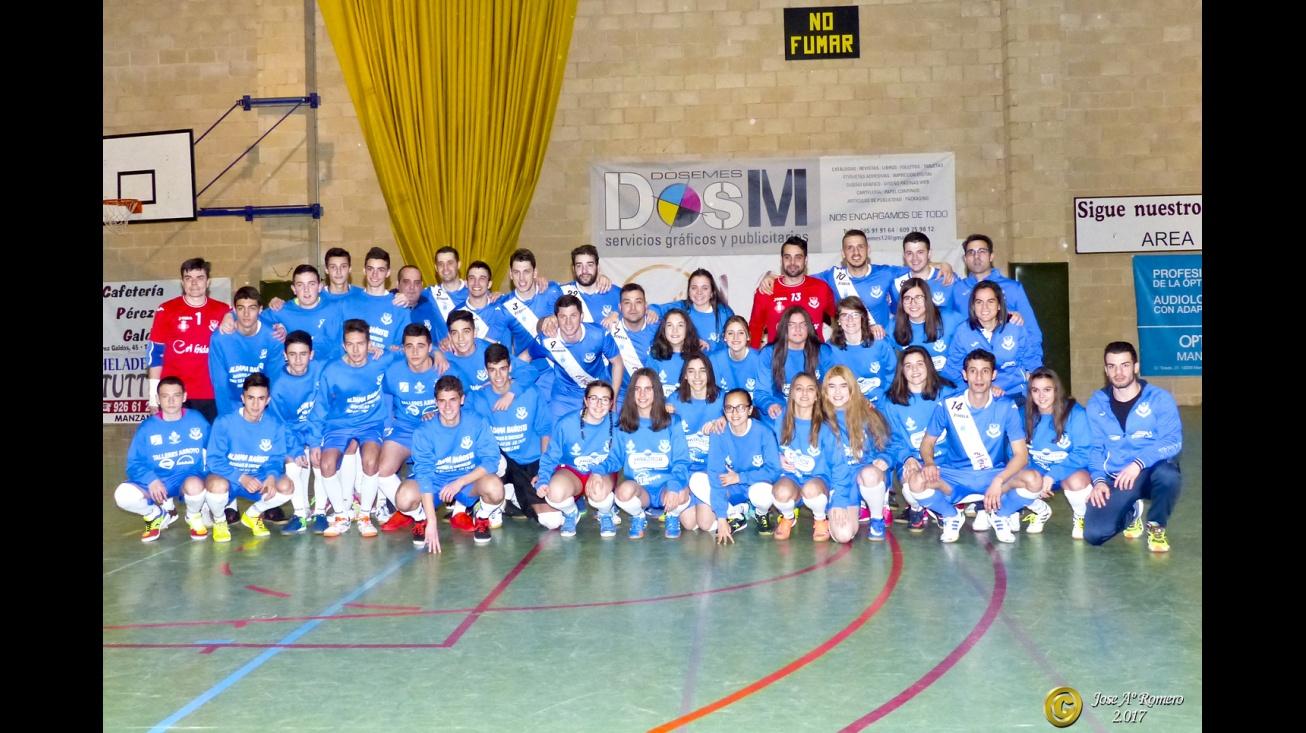 Foto de familia de la primera plantilla con otras categorías del club. Foto: José A. Romero