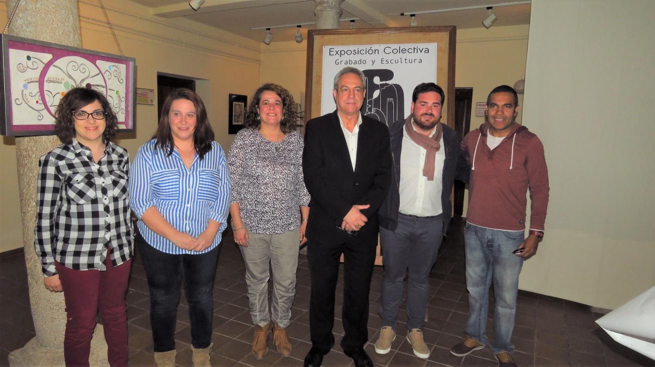 Pablo Camacho junto al director de la UP, monitores y artistas