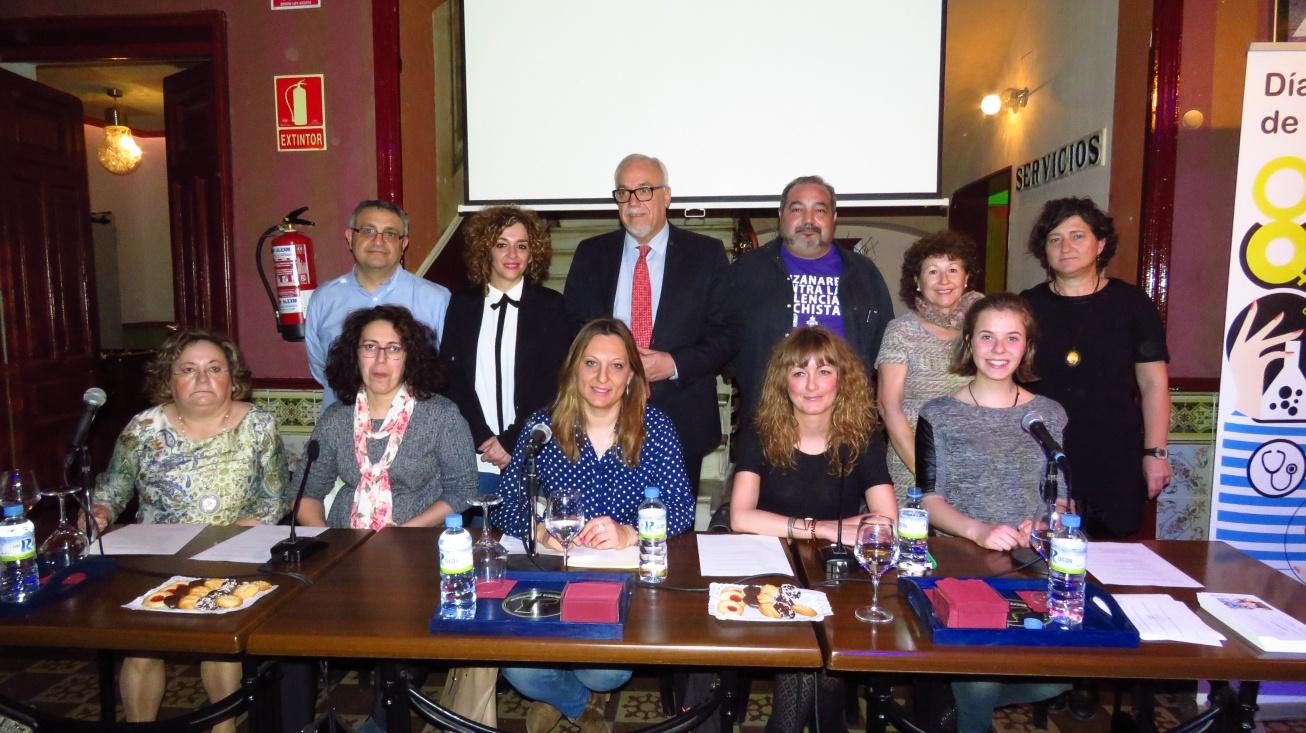 El alcalde, con las participantes en la mesa, junto a personal del Centro de la Mujer y miembros del equipo de gobierno