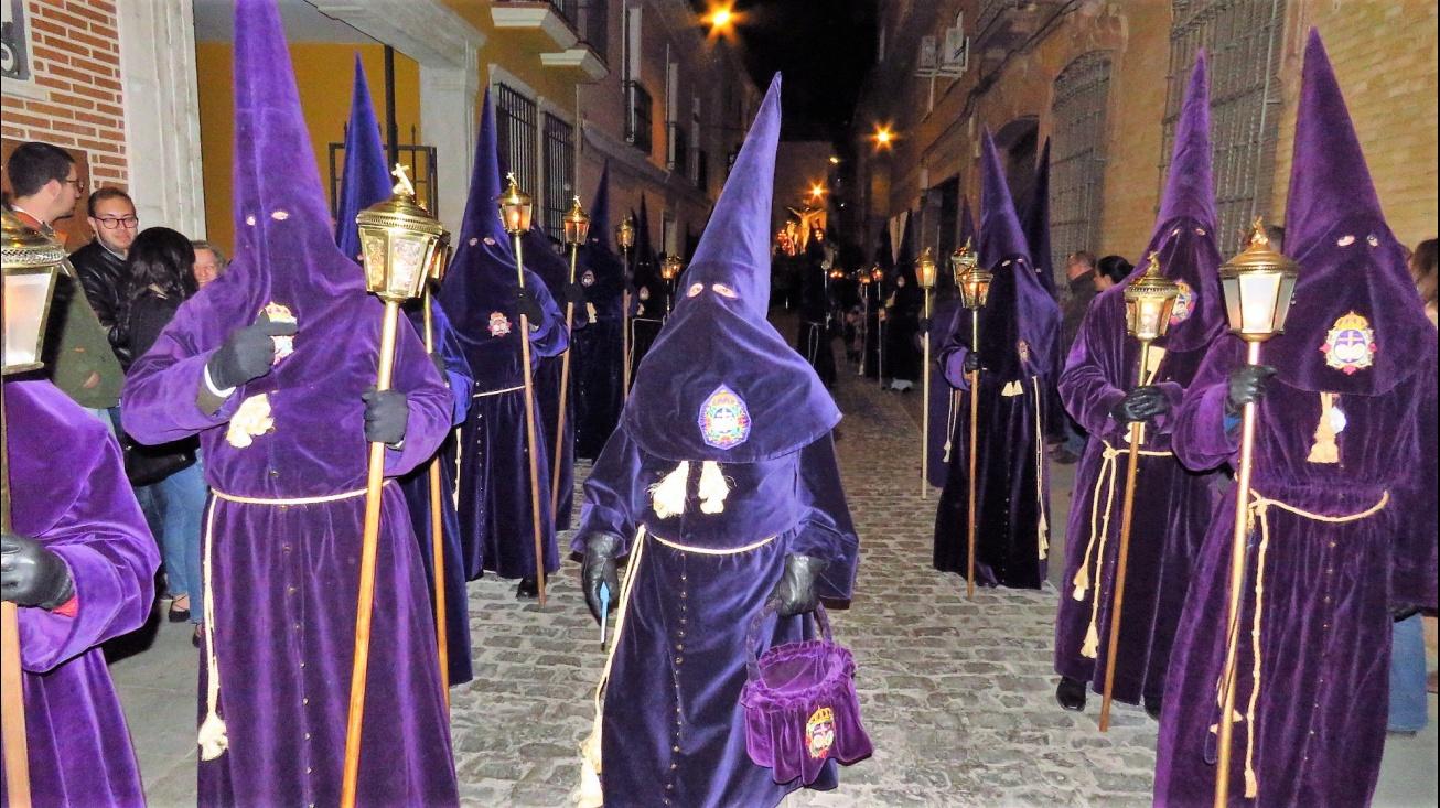 Nazarenos en la procesión del Silencio