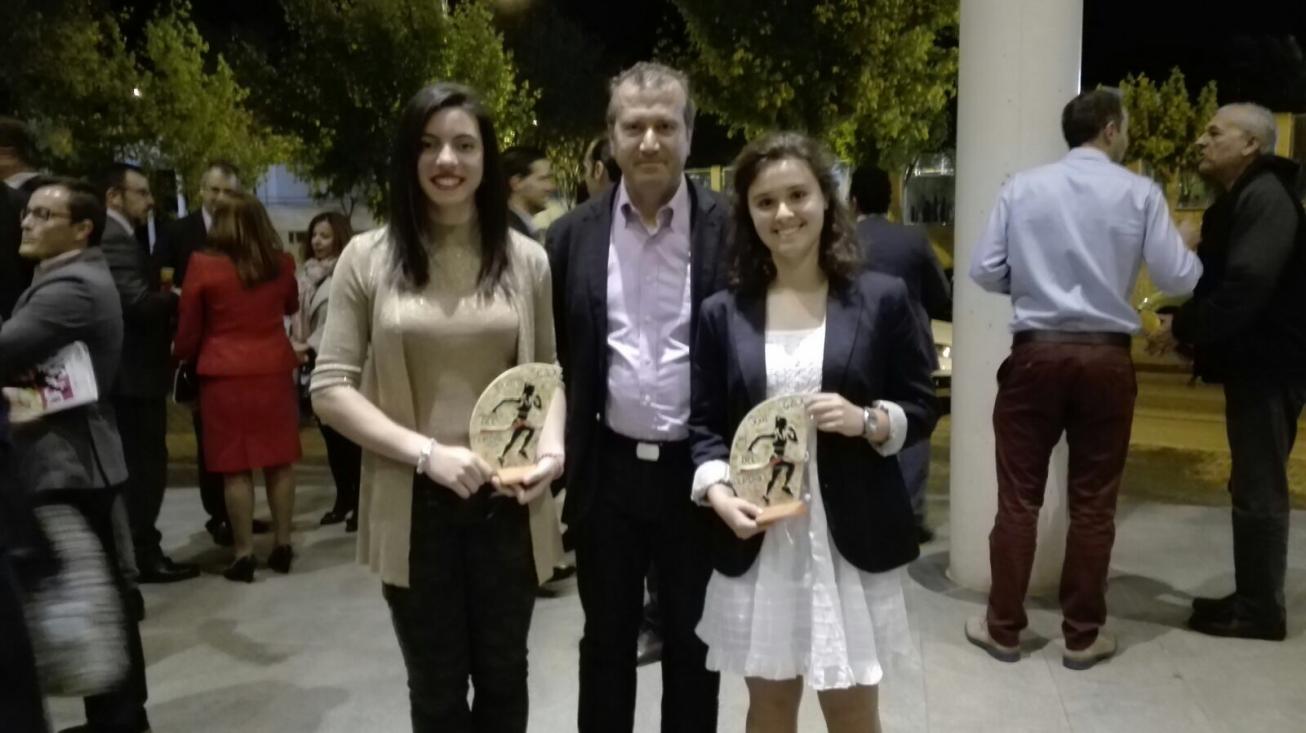 Itziar Aparicio, a la derecha, junto a Paula Sáez y a Rafael Fernández, presidente de la federación provincial de Tenis