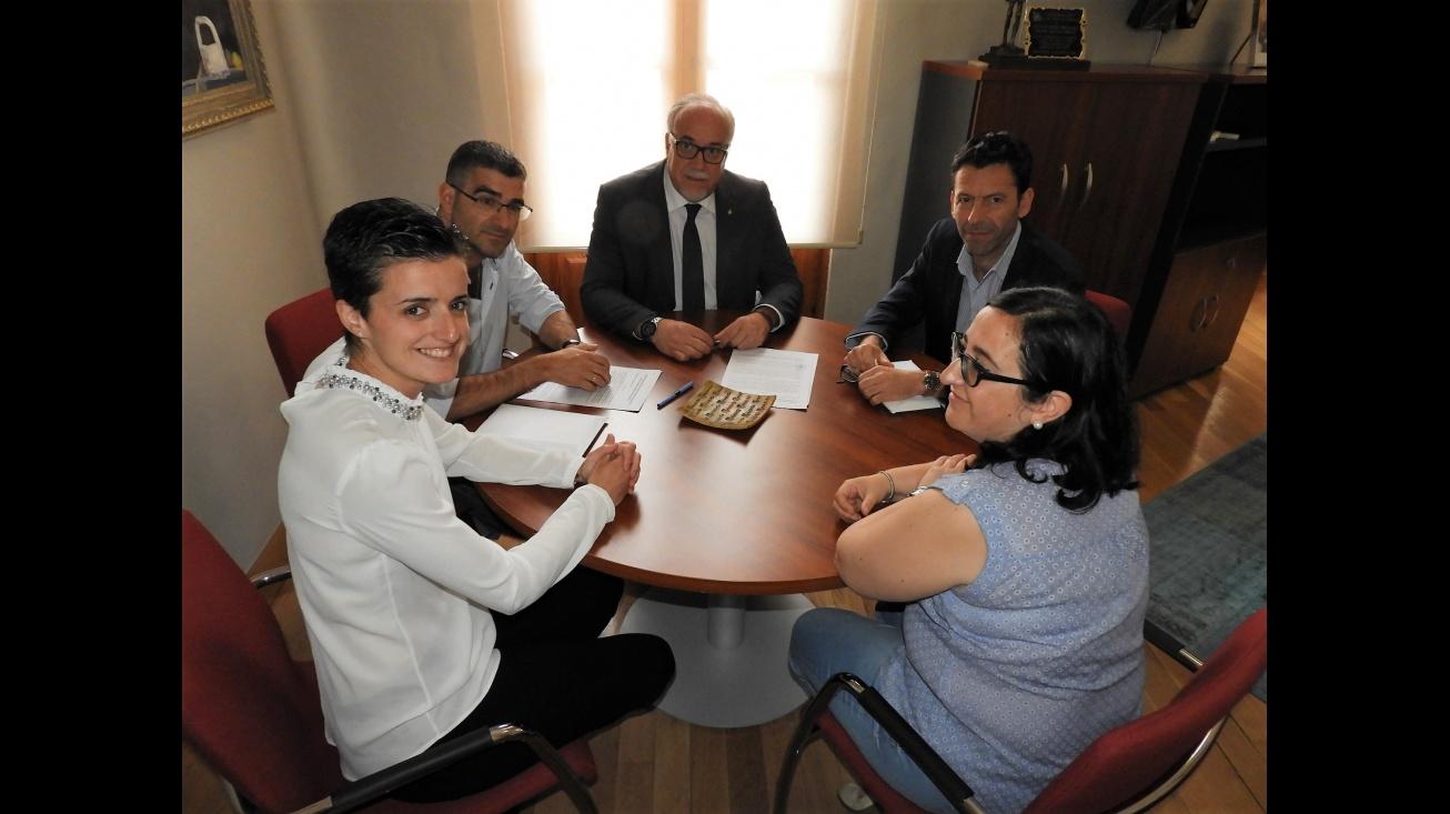 """El alcalde de Manzanares, Julián Nieva, en la firma del convenio con los IES """"Azuer"""" y Sotomayor"""""""