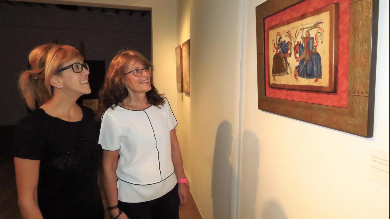 Silvia Cebrián y Sarín Blanco observan una de las obras