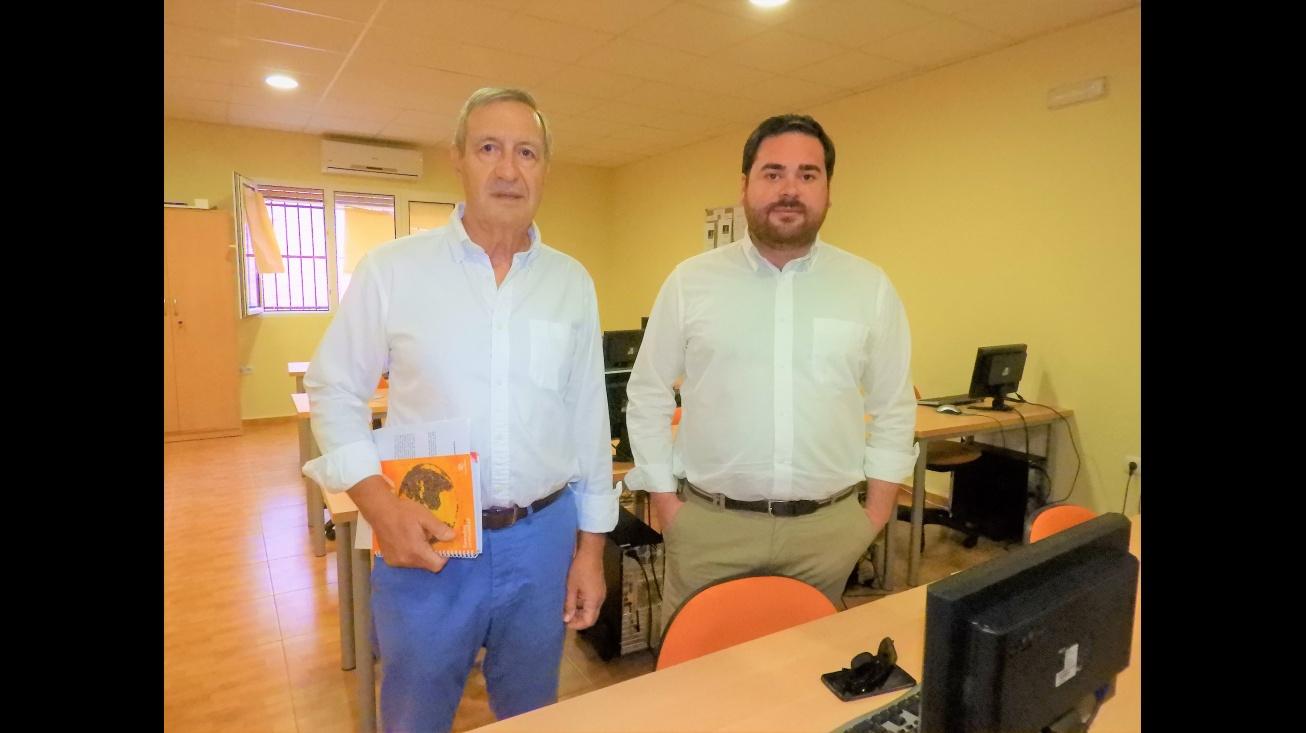 Pablo Camacho, concejal de Personal y Empleo, junto a Diego Gallego, director de Cáritas Interparroquial de Manzanares