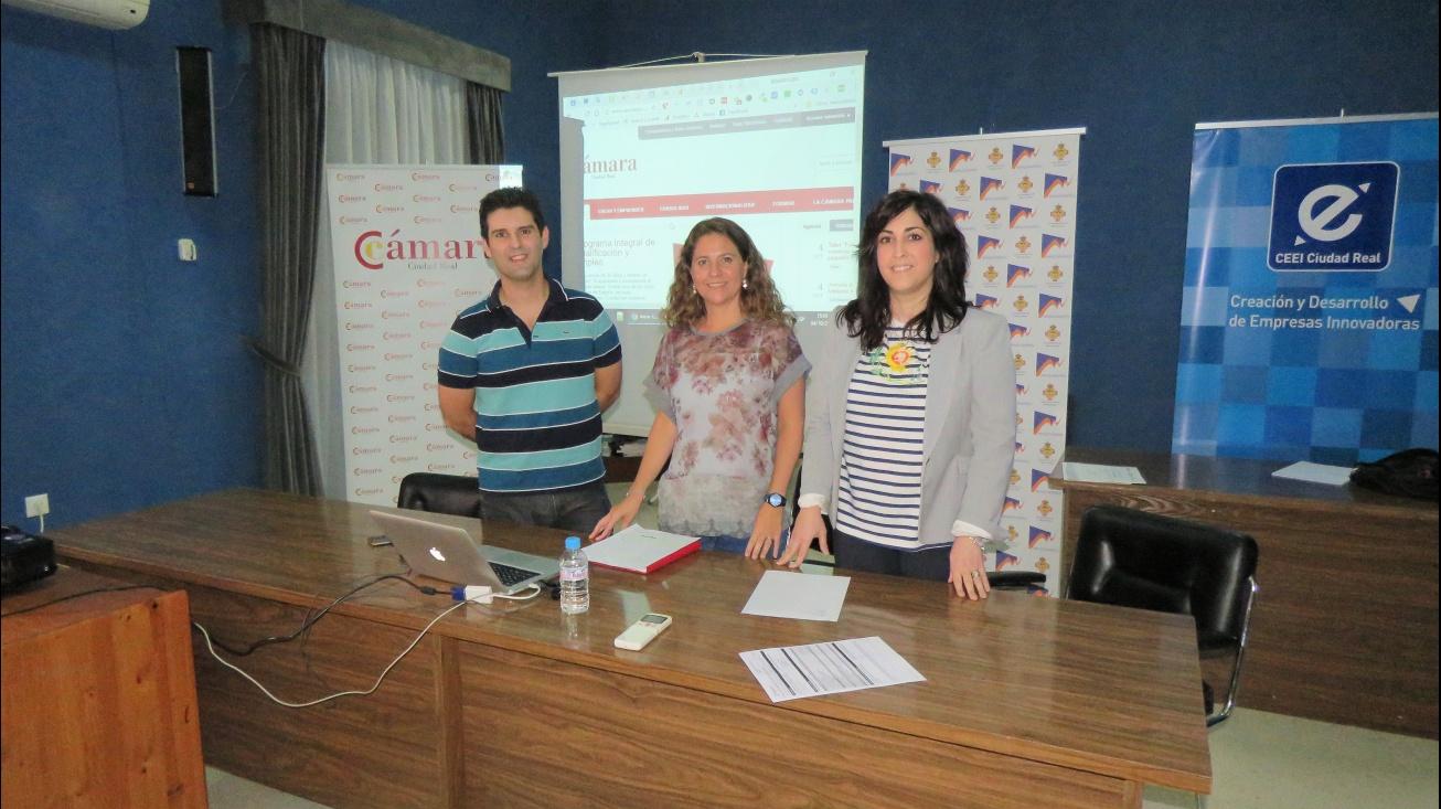 Carmona y De la Fuente junto al monitor del taller