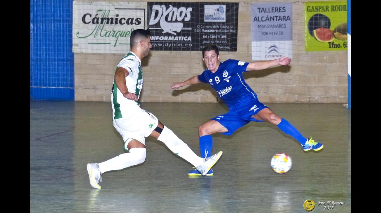 Lance del partido ante el Córdoba. Foto: J.A. Romero