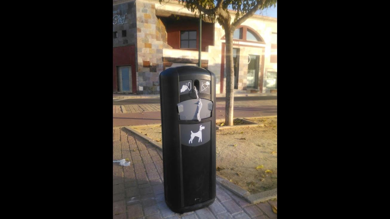 Instalación de papeleras caninas en varios puntos de Manzanares
