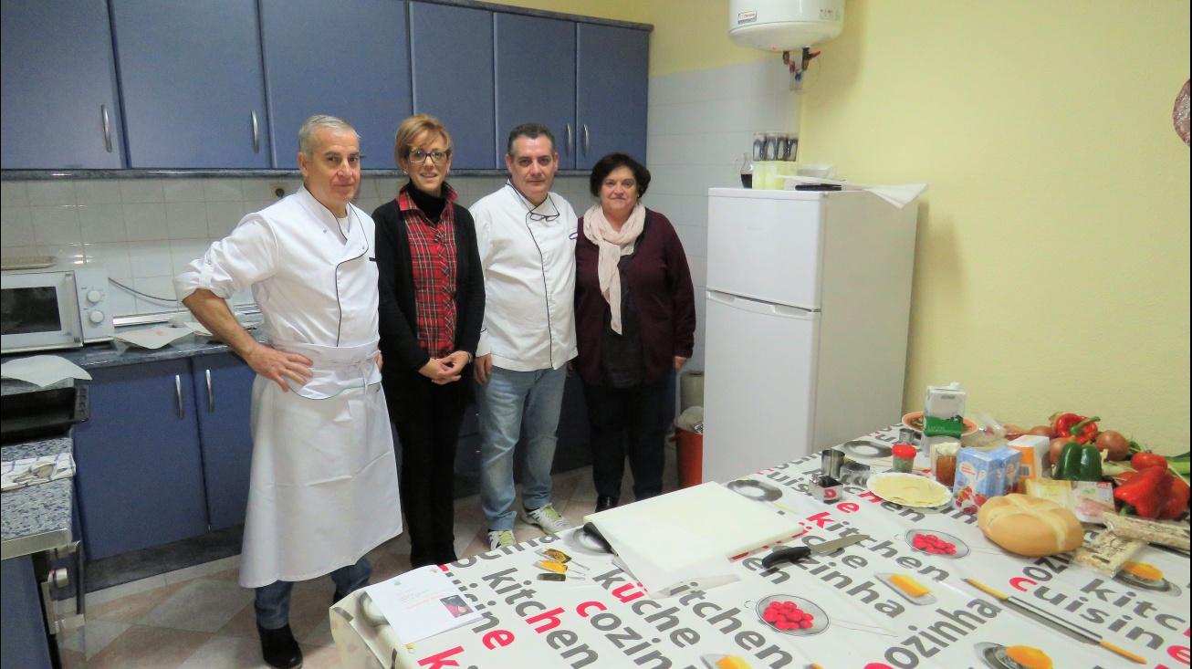 La concejala de Consumo y la presidenta de la Asociación de Amas de Casa acompañaron a los cocineros