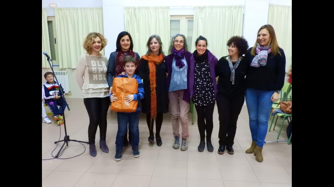 Roberto Juárez recibía su premio de la mano de la directora del Instituto de la Mujer de Castilla-la Mancha Araceli Martínez en un acto en el que ha estado presente la concejala de Políticas de Igualdad Beatriz Labián