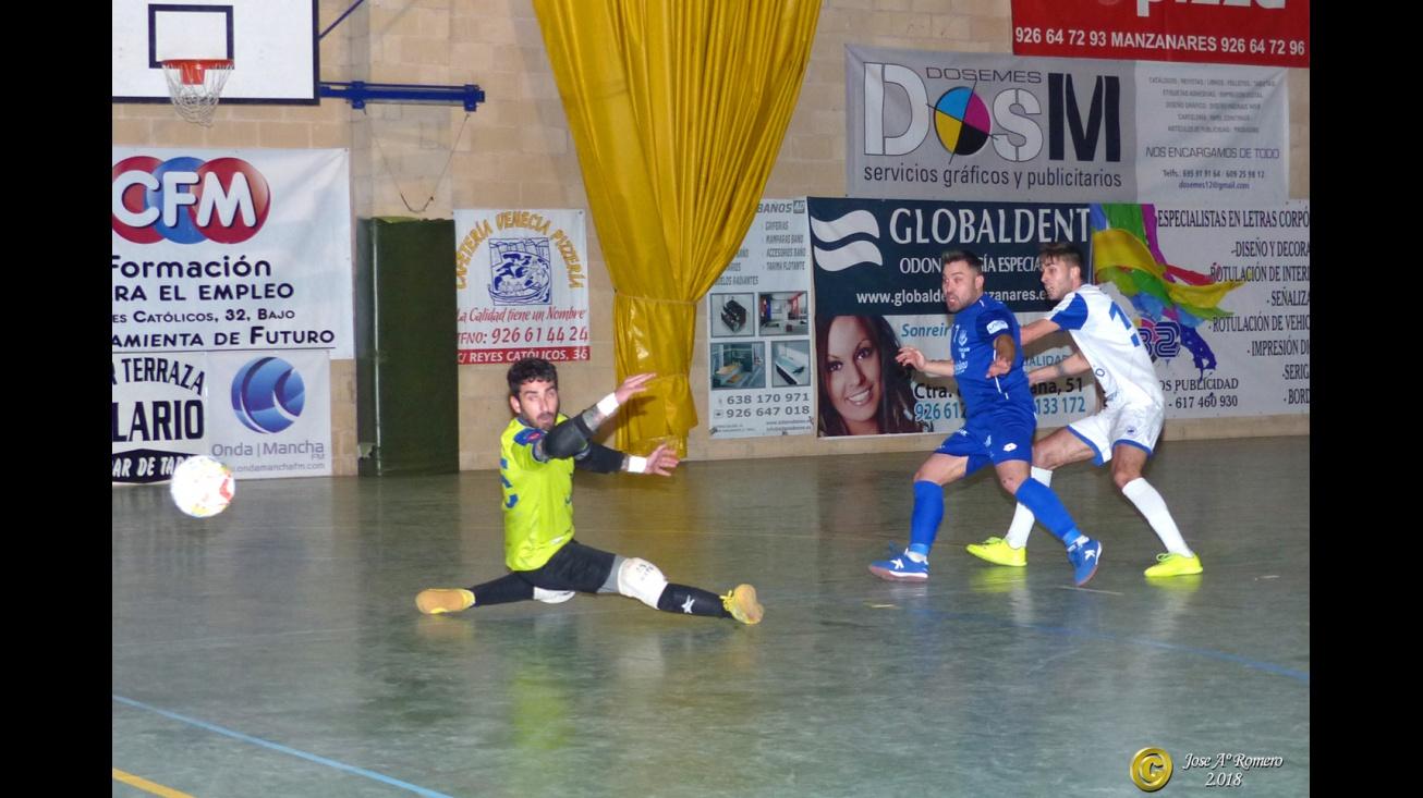 Chino supera al portero rival (foto de archivo)