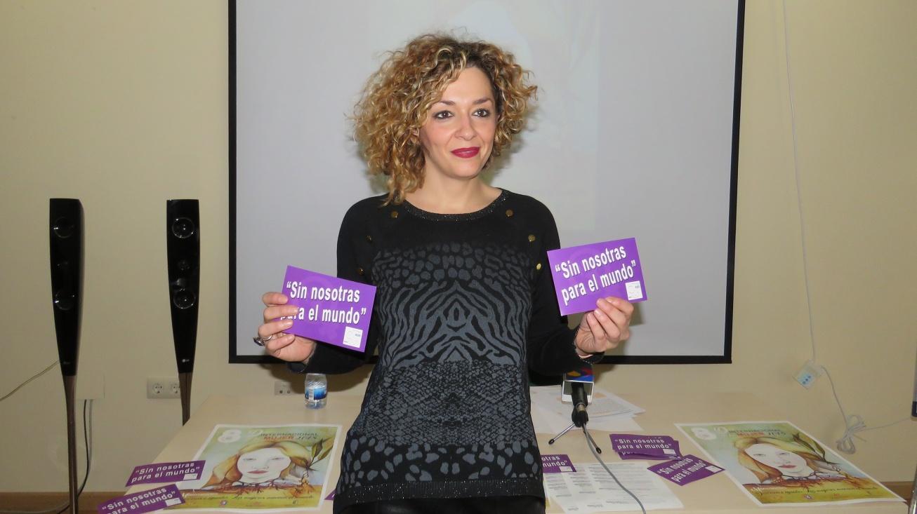 Beatriz Labián muestra pegatinas con el lema de las movilizaciones del 8 de marzo
