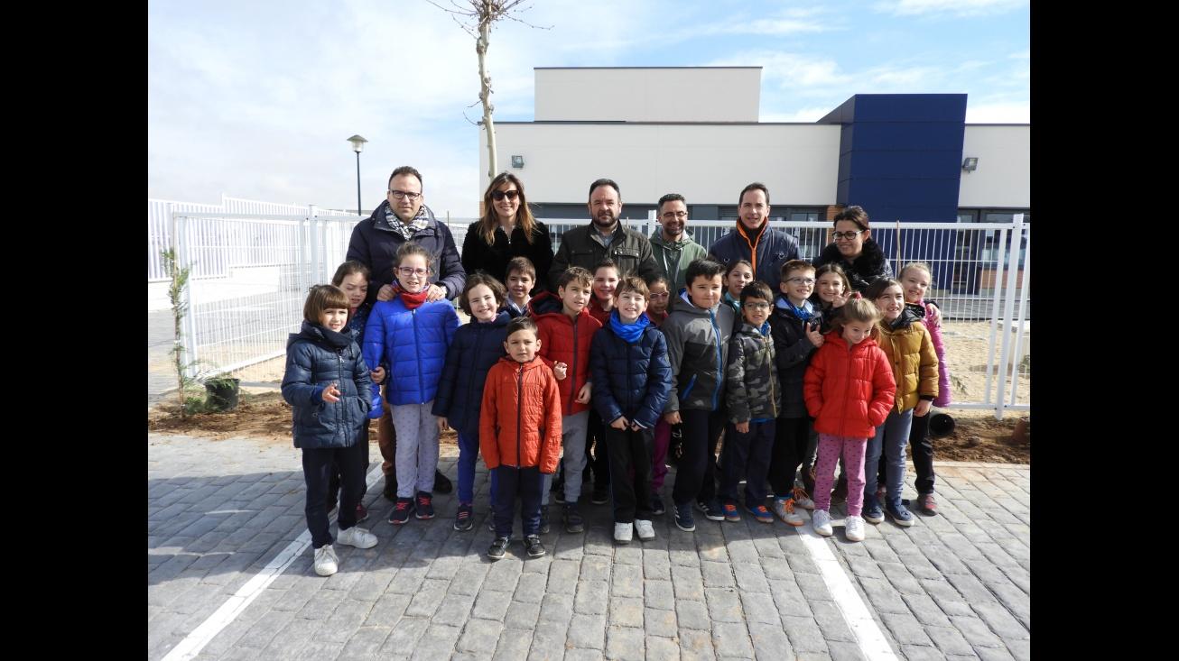 El alumnado del colegio Divina Pastora planta un cerramiento vegetal para la zona infantil