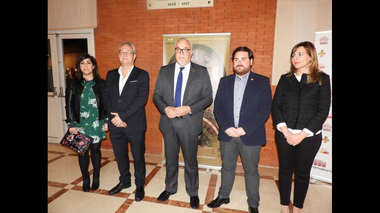 Representantes del Equipo de Gobierno y la UP antes del estreno de la obra