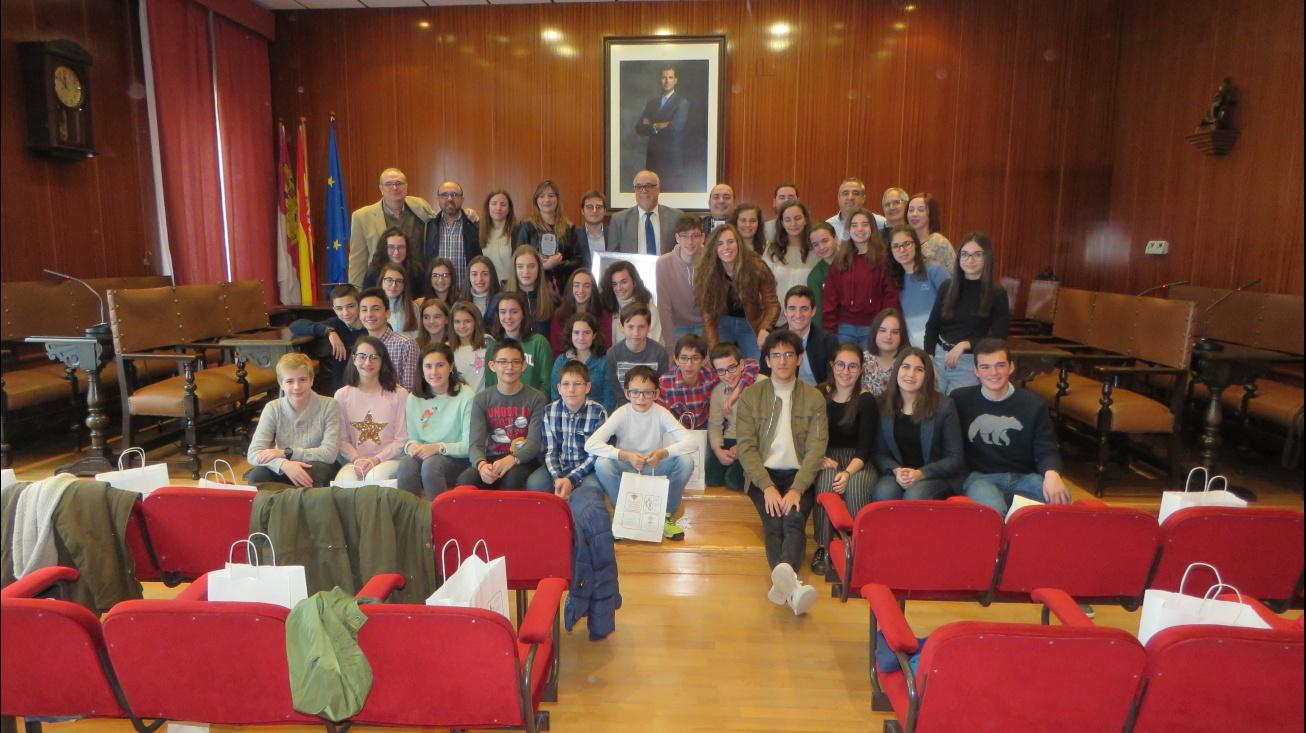Foto conjunta con los componentes de la banda juvenil y directiva de la AMC Julián Sánchez-Maroto