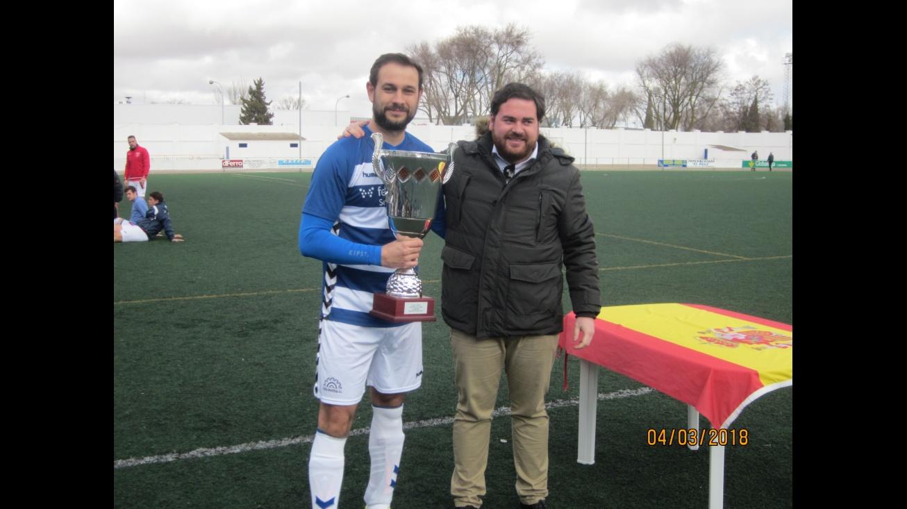 El concejal de Deportes entregó el trofeo de campeón de la liga local de fútbol 11 a Federópticos Selu Vazca Industrial