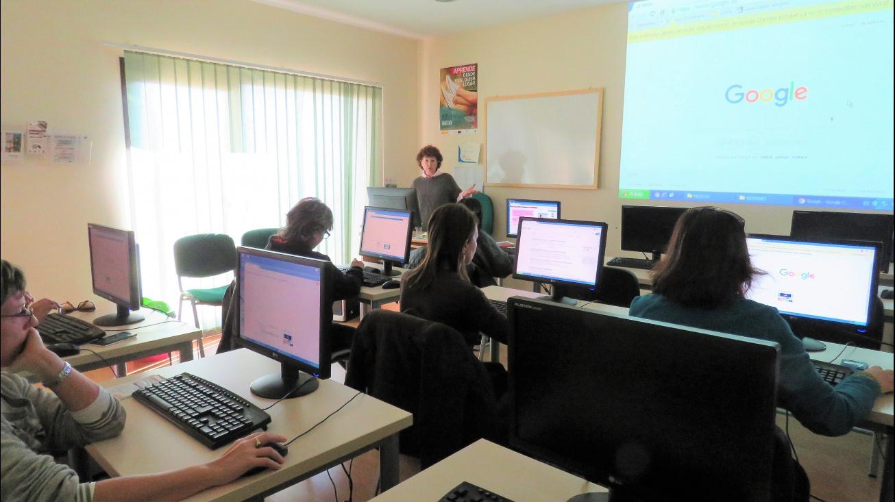 Curso en el aula de informática del Centro de la Mujer