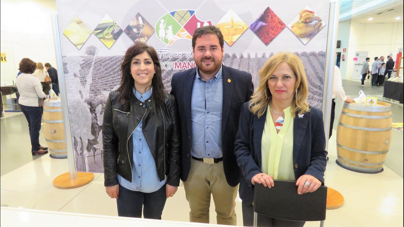 Camacho junto a la concejala Gemma de la Fuente (izquierda) y a Antonia de la Chica (secretaria de Ferias Comerciales)