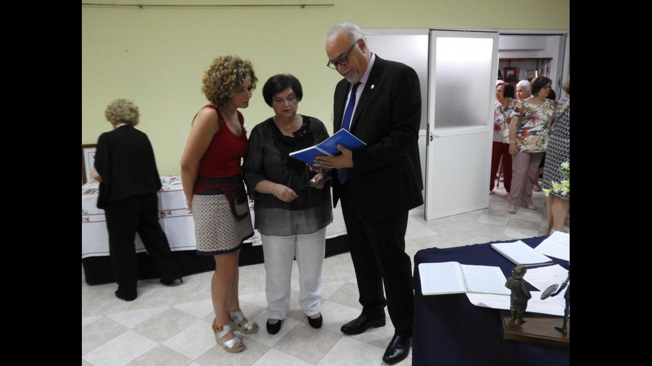 Julián Nieva visita la exposición de trabajos de los talleres de la asociación