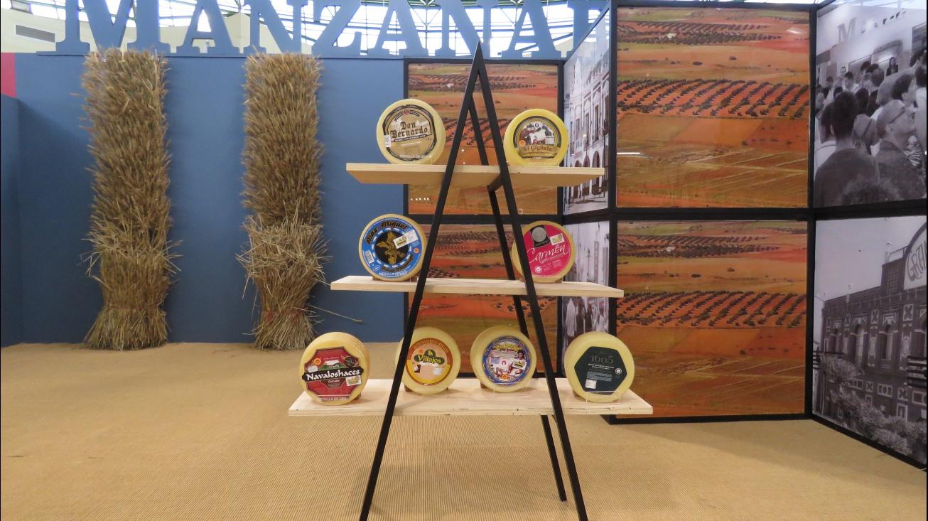 Los quesos premiados se exponen en el stand de Manzanares de Fercam 2018