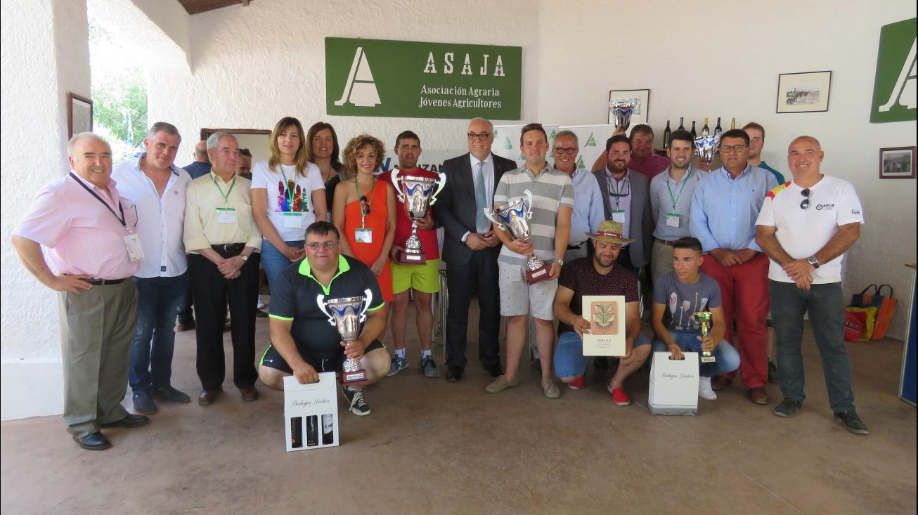 Ganadores del concurso de habilidad con tractor y autoridades