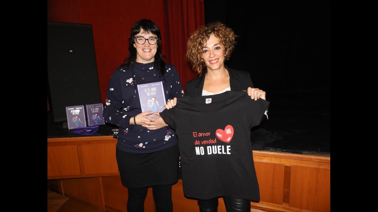 Beatriz Labián y Pamela Palenciano al inicio de 'No sólo duelen los golpes'