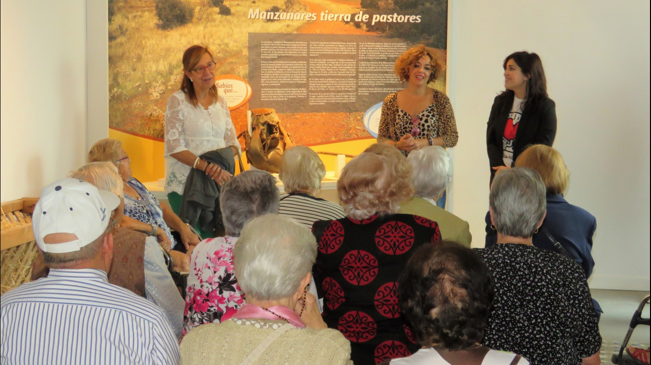Las concejalas Beatriz Labián y Gemma de la Fuente han saludado a una excursión de residentes de Ciudad Real