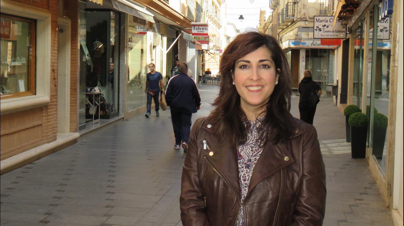 Gemma de la Fuente en una de las calles comerciales de Manzanares