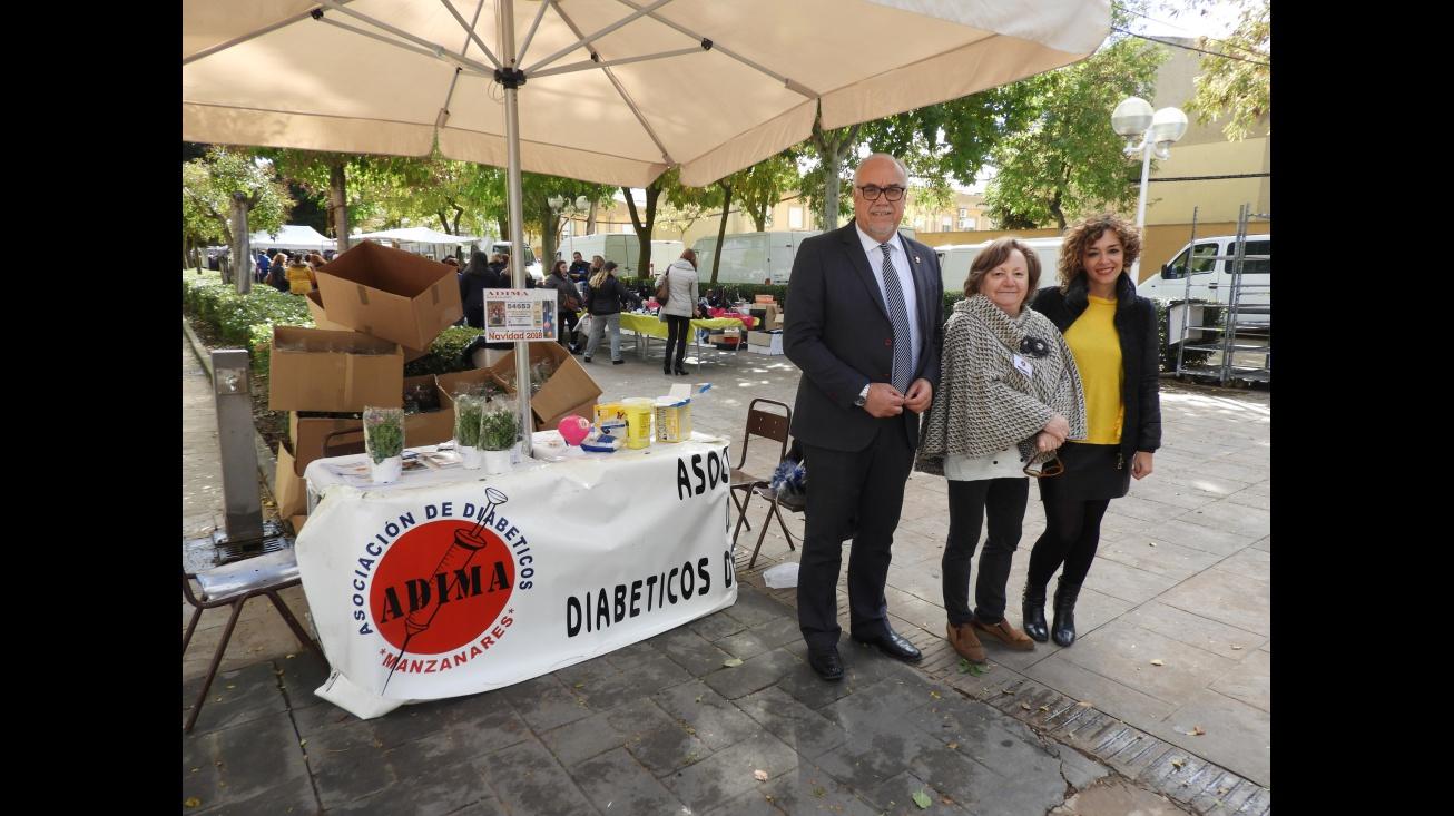 Julián Nieva y Beatriz Labián visitan la mesa informativa de ADIMA