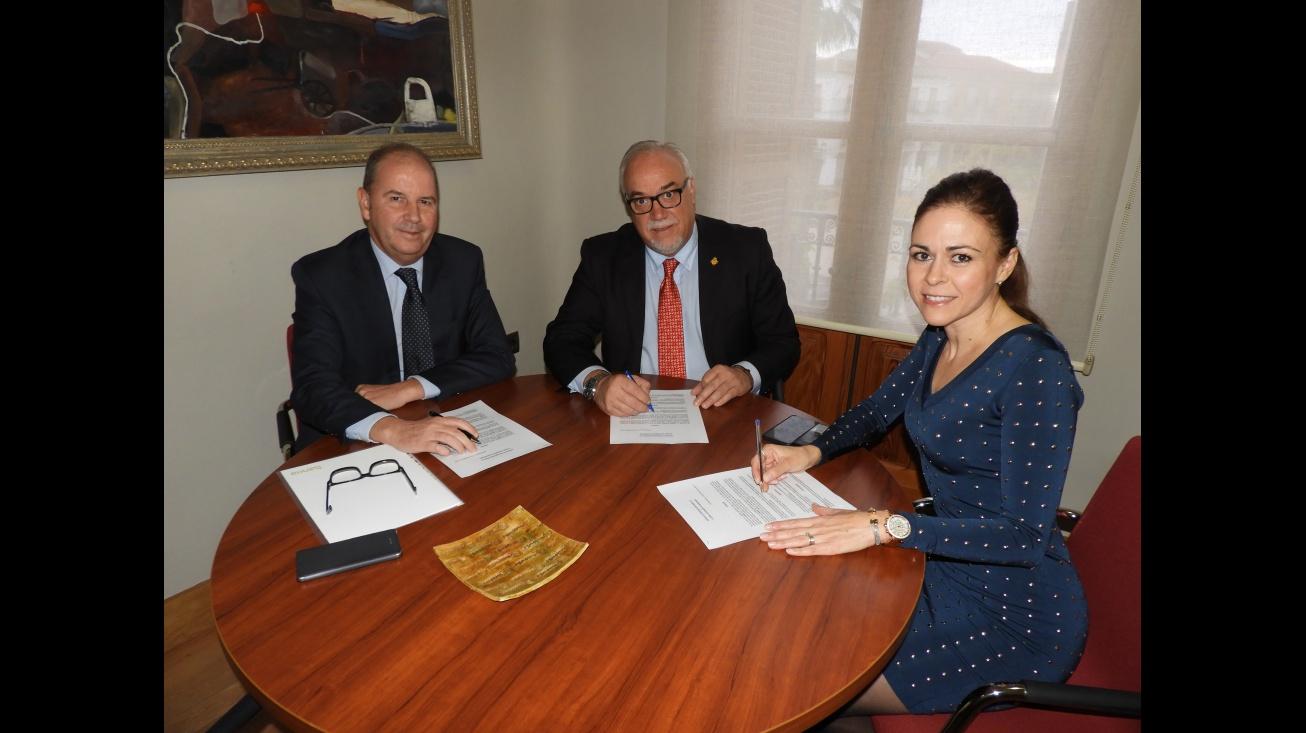 Firma del convenio entre Bankia y el alcalde de Manzanares