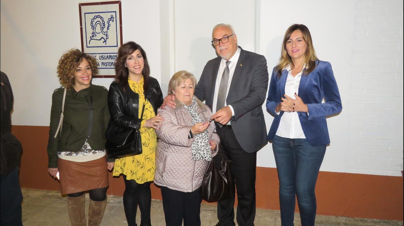 Momento de la entrega de llaves de la nueva sede a la presidenta de la AAVV Divina Pastora