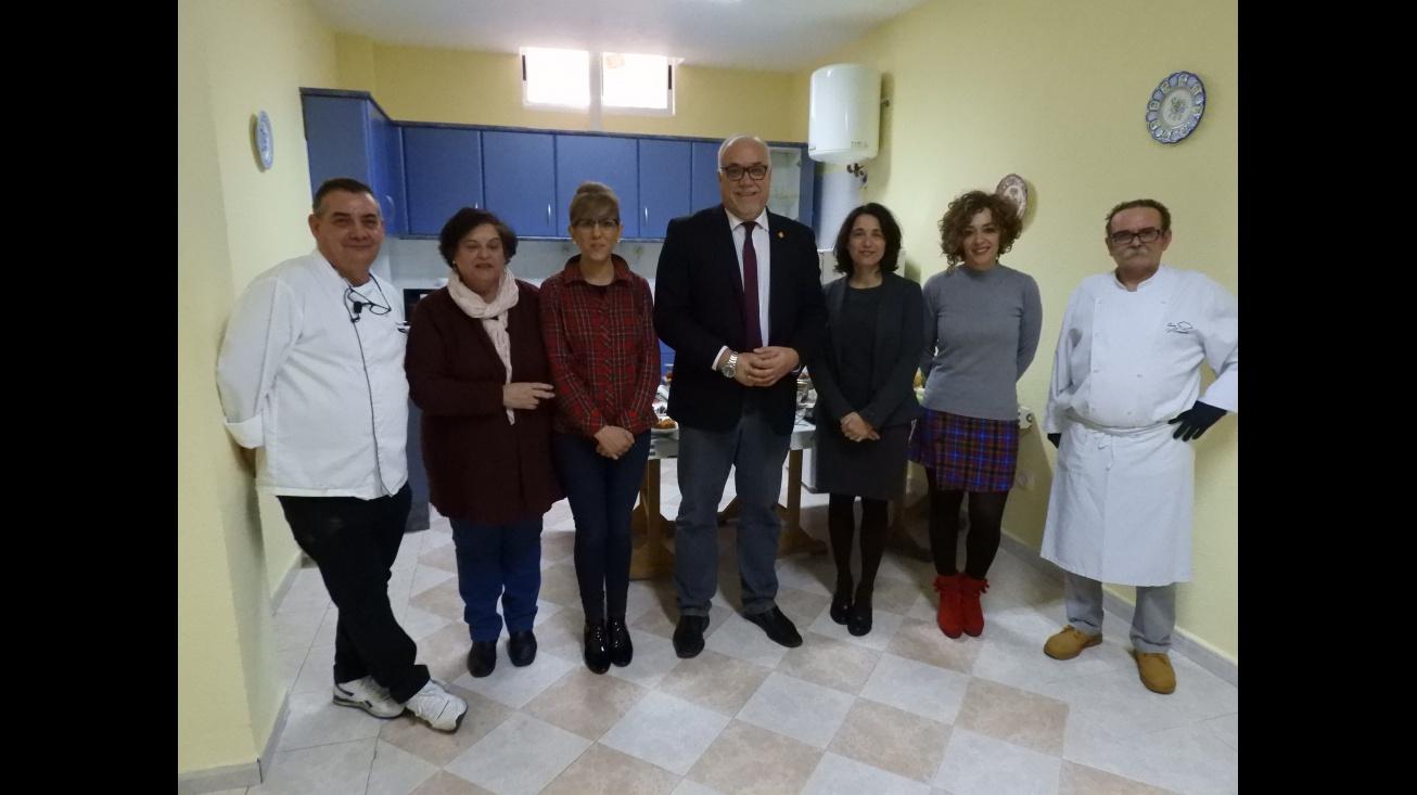 El alcalde junto a miembros del Equipo de Gobierno la asociación y los cocineros al finalizar la actividad
