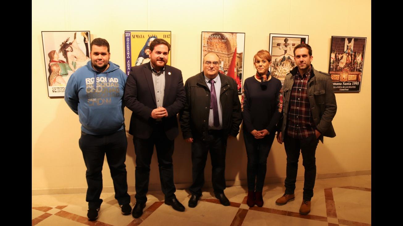 Autoridades junto a José Francisco Arroyo y miembros de la Junta de Cofradías