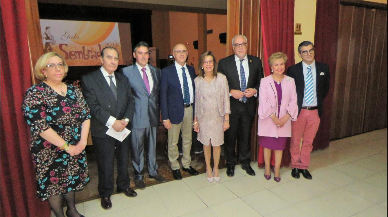 El alcalde junto a los galardonados y algunos de sus presentadores