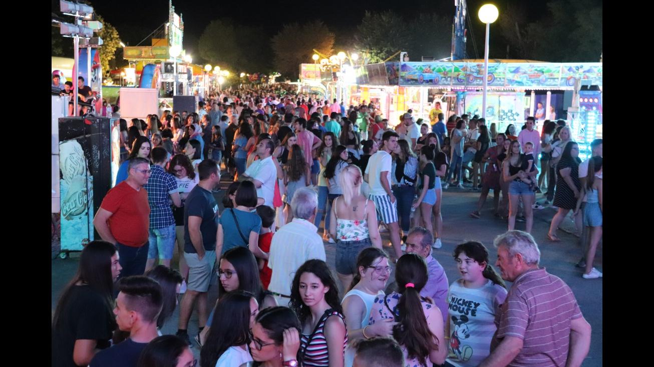 El recinto de atracciones se llenó de público en la noche del lunes