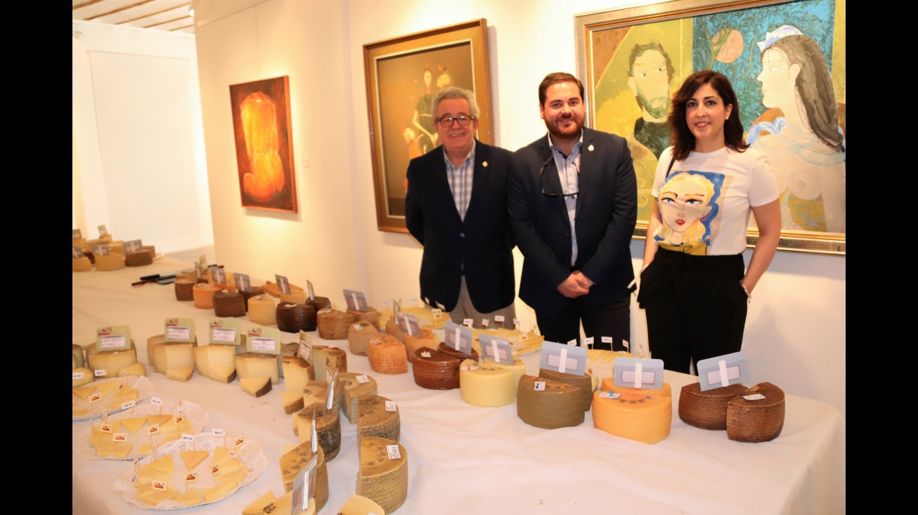 Pablo Camacho junto a Cándido Jorge Sevilla y Gemma de la Fuente durante el concurso de quesos