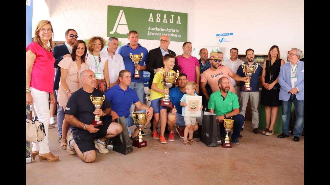 Foto conjunta de los premiados con autoridades y organización del concurso