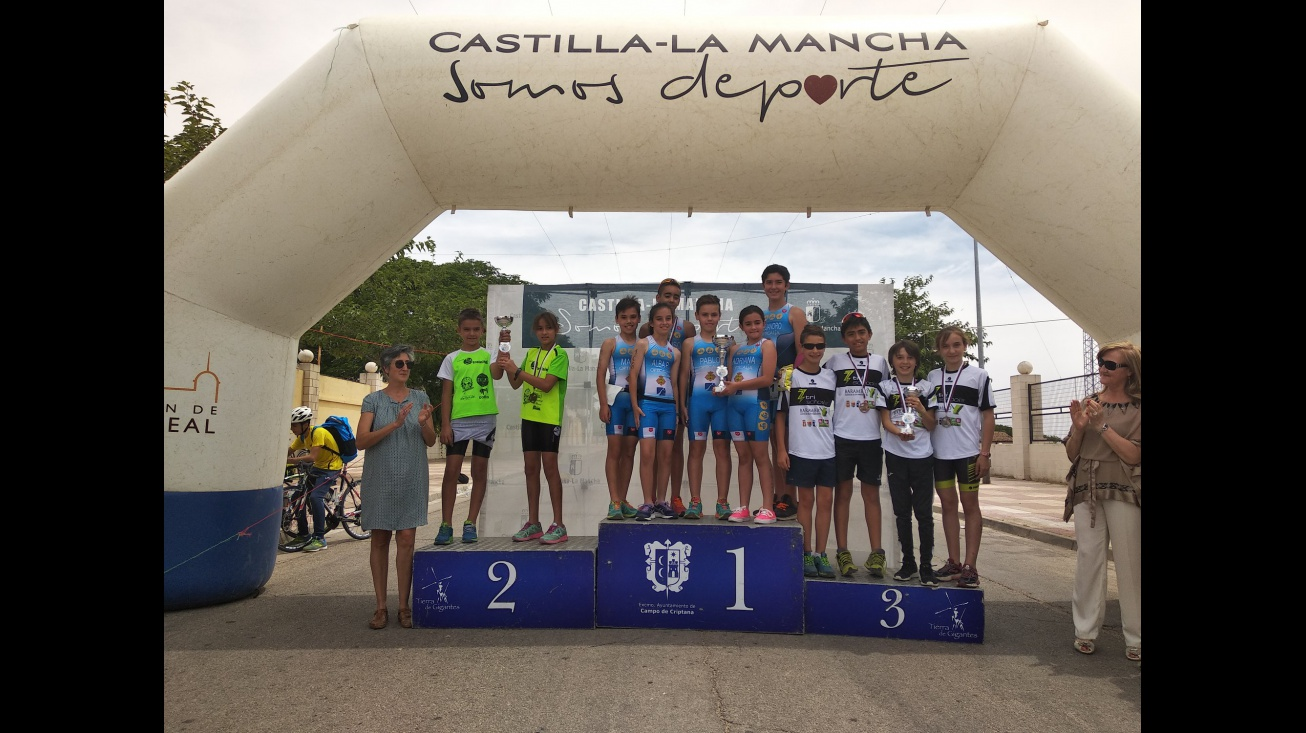 El equipo de la Escuela de Triatlón ha sido campeón regional esta temporada