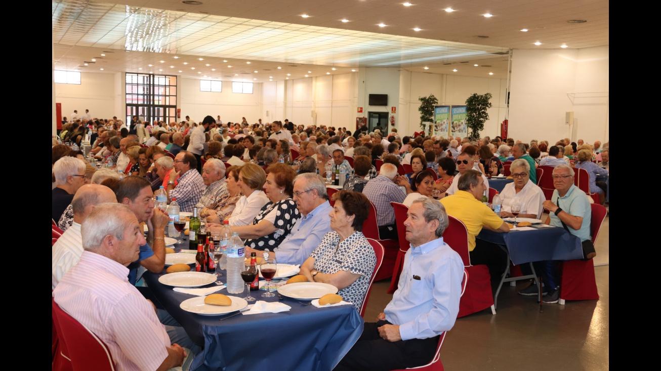 600 personas mayores en la comida de convivencia